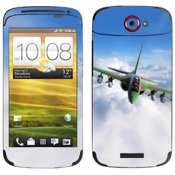 Виниловая наклейка «Военный самолет в облаках» на телефон HTC One S