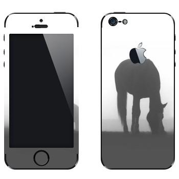 Виниловая наклейка «Лошадь в тумане» на телефон Apple iPhone 5