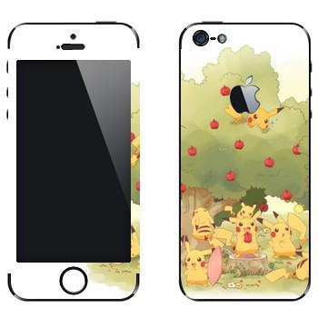 Виниловая наклейка «Много Пикачу в саду у яблони» на телефон Apple iPhone 5