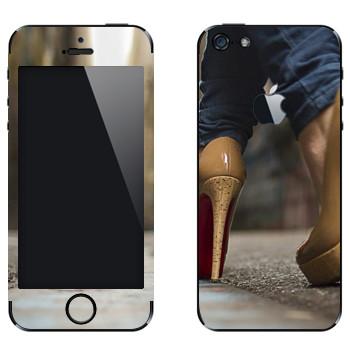Виниловая наклейка «Бежевые туфли с красной подошвой» на телефон Apple iPhone 5