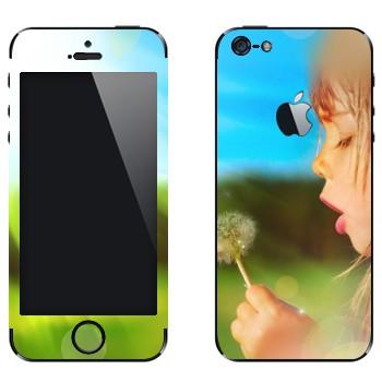 Виниловая наклейка «Девочка с одуванчиком» на телефон Apple iPhone 5