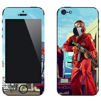Виниловая наклейка «Тревор в противогазе с автоматом - GTA5» на телефон Apple iPhone 5