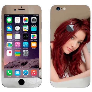 Виниловая наклейка «Красноволосая девушка на кровати» на телефон Apple iPhone 6/6S