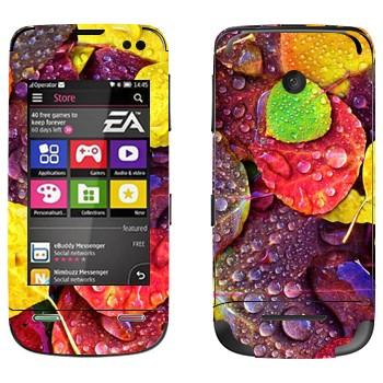 Виниловая наклейка «Осенние листья» на телефон Nokia Asha 311