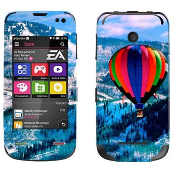 Виниловая наклейка «Воздушный шар над заснеженными холмами» на телефон Nokia Asha 311