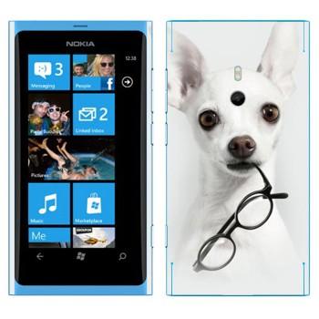 Виниловая наклейка «Белый щенок с очками» на телефон Nokia Lumia 800