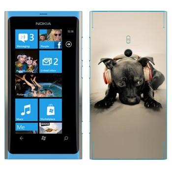 Виниловая наклейка «Черный щенок в наушниках» на телефон Nokia Lumia 800