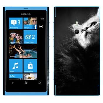 Виниловая наклейка «Котенок черно-белый» на телефон Nokia Lumia 800