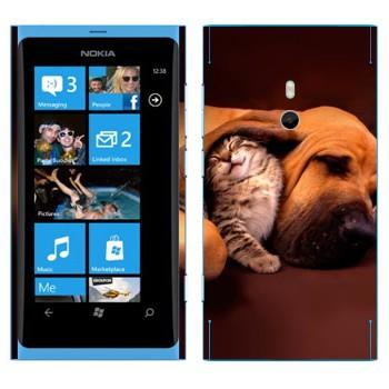 Виниловая наклейка «Котенок и собака» на телефон Nokia Lumia 800