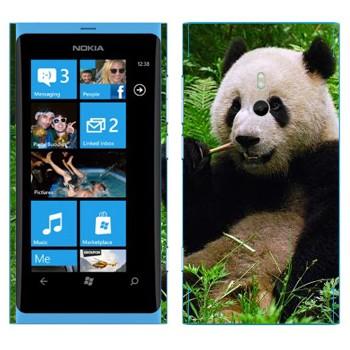 Виниловая наклейка «Панда ест бамбук» на телефон Nokia Lumia 800