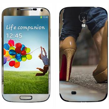 Виниловая наклейка «Бежевые туфли с красной подошвой» на телефон Samsung Galaxy S4