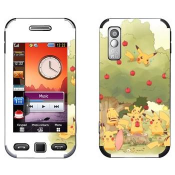 Виниловая наклейка «Много Пикачу в саду у яблони» на телефон Samsung S5230