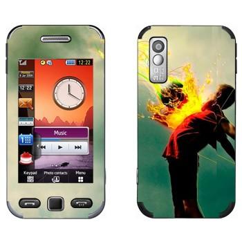 Виниловая наклейка «Футболист принимает мяч» на телефон Samsung S5230