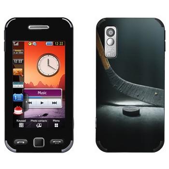 Виниловая наклейка «Клюшка и шайба» на телефон Samsung S5230