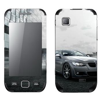 Виниловая наклейка «BMW среди городских зданий» на телефон Samsung Wave 525